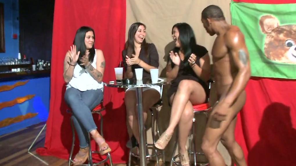 devki-na-muzhskom-striptize